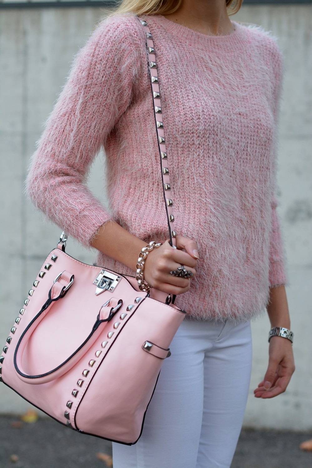 Pink fluffy sweater for fall - thevogueword.com